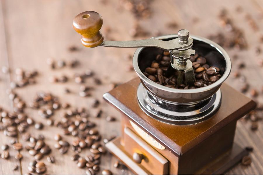 Młynek do kawy ręczny czy elektryczny – który wybrać?